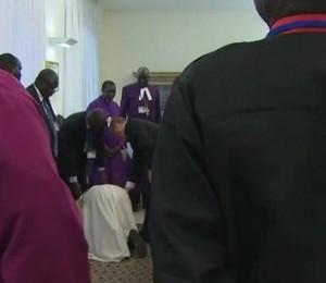 Em pedido de paz,  Papa Francisco se ajoelhou e beijou os pés de líderes do Sudão do Sul